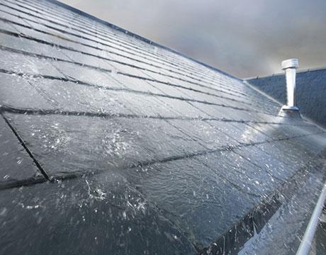 Wassermenge bei Starkregen auf Hausdach